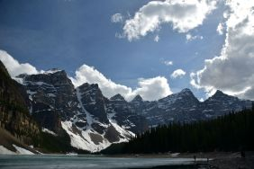 Moraine Lake surrounded by the 10 peaks